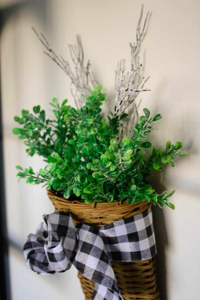 Wall basket with boxwood